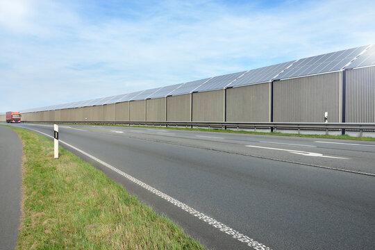 Lärmschutzwand mit Solarzellen 0001