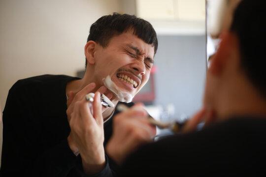 剃刀で肌を切ってしまった男性イメージ