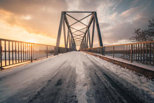 Brücke im tollen Abendlicht über den Elbe-Seitenkanal.