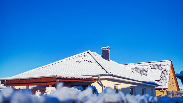 Schneebedeckte Hausdächer