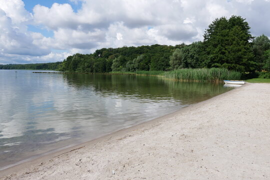 Strand in der Naturoase Tollensesee in Neubrandenburg in der Mecklenburgischen Seenplatte in Mecklenburg-Vorpommern