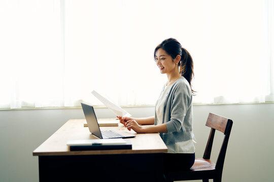 ノートパソコンを見る30代ビジネスウーマン