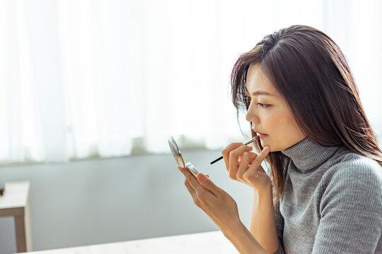 メイクをする30代日本人女性