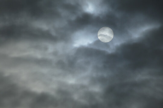 Photo Picture of the sun behind clouds