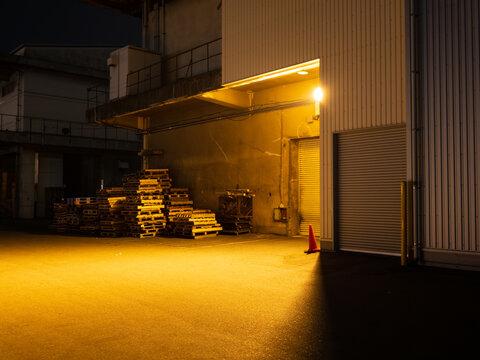 夜の倉庫の入り口のライトの明かり