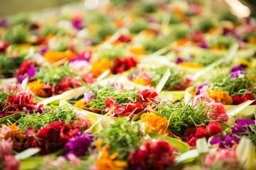 Fototapeta Kolorowe kwiaty w koszyczkach, balijskie ofiary na ceremonie ofiarne obraz