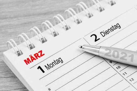 Kalender 1. März 2021 und Kugelschreiber