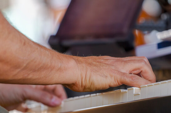 Detalhe de mão de músico tocando baixo acústico