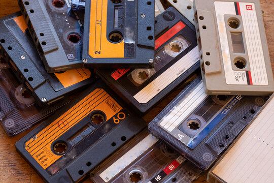 Fitas cassete antigas espalhadas e misturadas