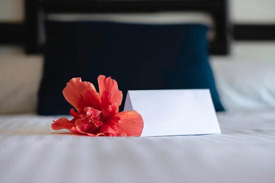 Mockup de tarjeta de bienvenida en la cama de un hotel