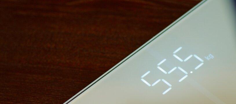 Digitale Waage zeigt 55,5 kg Gewicht