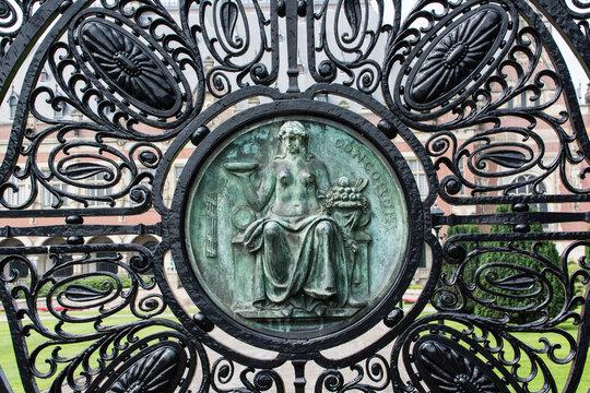 """Eingangstor zum """"Internationalen Gerichtshof"""" in Den Haag."""