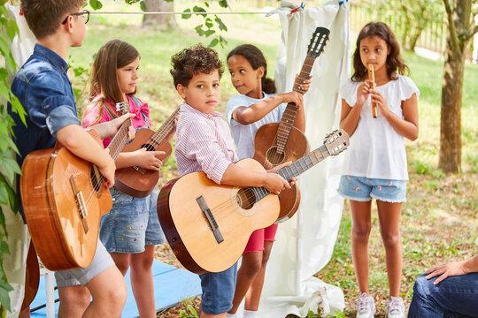 Kinder Band mit Gitarren beim Talentshow Auftritt