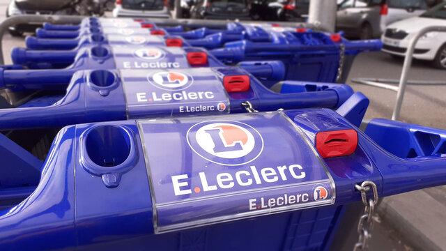 Rangée de chariots d'un Hypermarché E. Leclerc