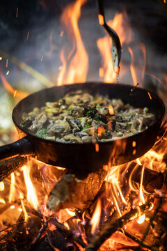 cooking on the fire / Nudelpfanne