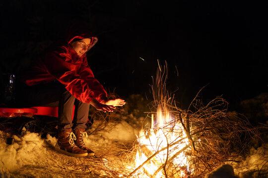 Junge Frau am Lagerfeuer