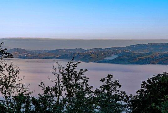 Nebel in den Bergen bei Orvieto in Umbrien in Italien