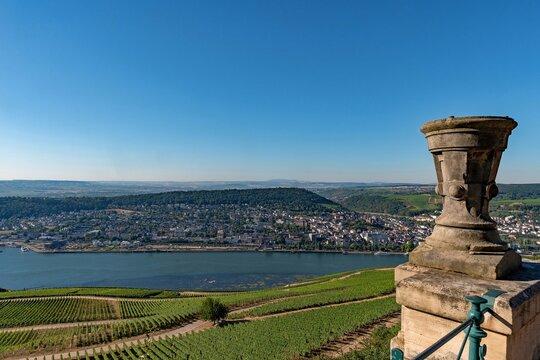 Blick auf den Rhein am Niederwalddenkmal bei Rüdesheim in Hessen, Deutschland
