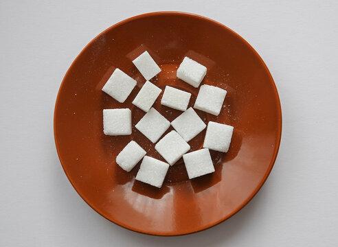 Zuckerwürfel auf einem Teller