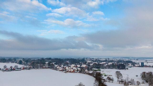 Verschneites Dorf in Schleswig-Holstein, Vogelperspektive Luftbild