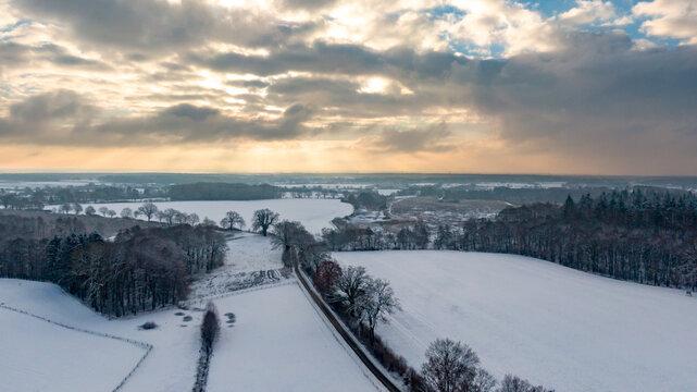 Seitenstraße im Winter in ländlicher Gegend