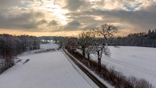 Seitenstraße am Feldrand im Schnee
