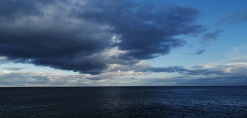 Scenic View Of Sea Against Cloudy Sky Fotobehang