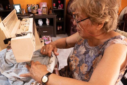 La abuela trabaja incansablemente para sus nietos