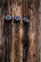 Fototapeta oznaczenia, numery przybite na starym drewnianym słupie energetycznym obraz