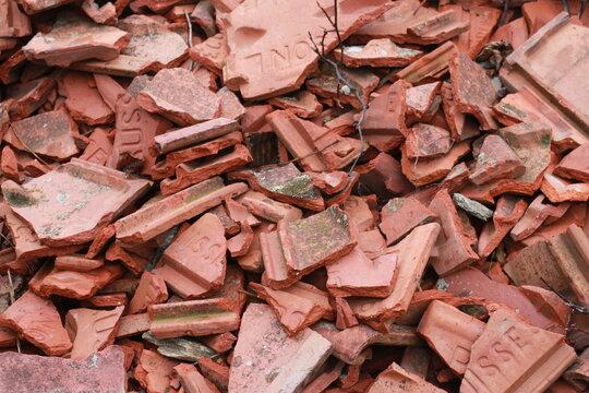 Tas de tuiles en briques cassées