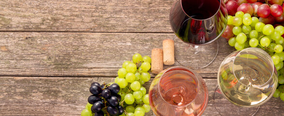 Fototapeta Variety of wine and snack set. Different types of grapes. Fresh ingredients on wooden background. obraz