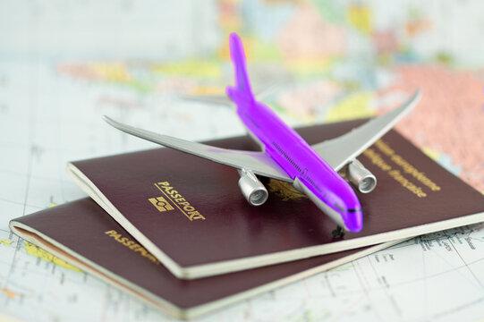 Avion de ligne sur passeports et planisphère , concept voyages autour du monde