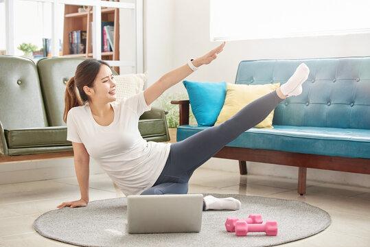 집에서 운동하는 아름다운 여자, 다이어트 운동