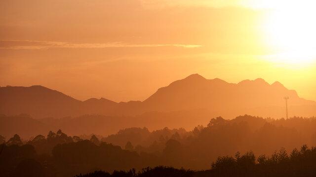 Montañas distantesy cielo nublado al atardecer