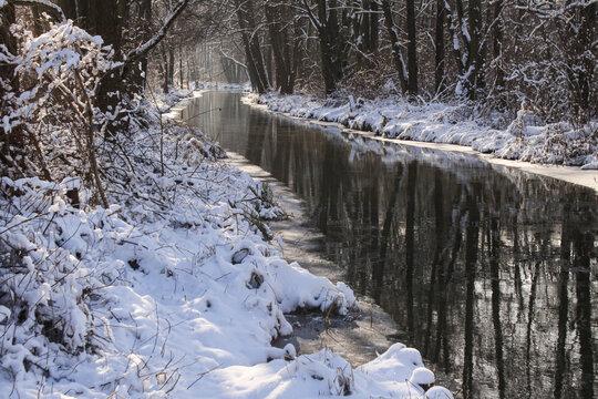 Romantischer Spreewald im Winter; Fließ bei Leipe