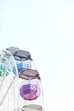 Noria colores con cielo azul minimalista