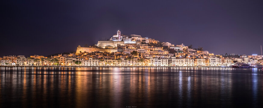 Ciudad de ibiza de noche con el puerto en calma