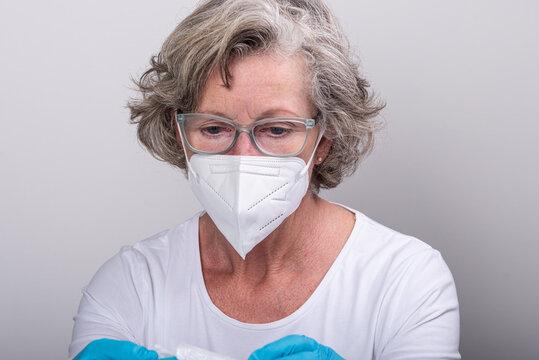 Seit dem 25.01.2021 sind in ganz Deutschland nur noch medizinische Gesichtsmasken in Geschäften und öffentlichen Gebäuden zugelassen, die Stoffmasken sind für diesen Bereich verboten