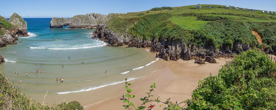Hermosas vistas panorámicas de la playa de Berellín en Prellezo, Cantabria, España, agosto de 2020