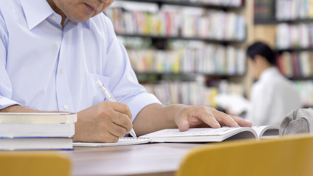図書館で勉強する中高年男性