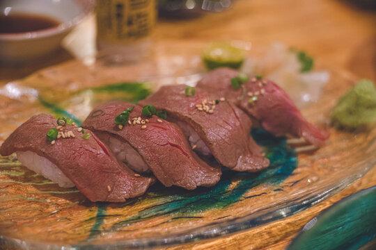 琉球グラスのお皿にのった美味しそうな宮古牛の握り寿司