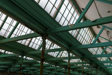 Fototapeta Drewniany strop i dzienne oświetlenie sufitowe w starej hali fabrycznej obraz