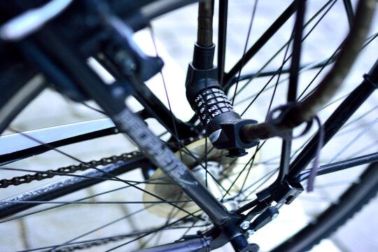 Cadenas à chiffre posé sur la roue d'un vélo dans la ville de Bern (Suisse)