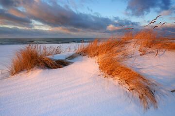 Zimowy krajobraz wybrzeża Morza Bałtyckiego, Kołobrzeg, Polska.