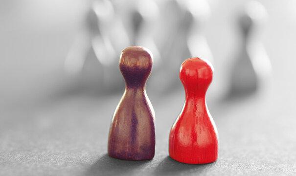 Zwei bunte Spielfiguren mit schwarzweißem Hintergrund
