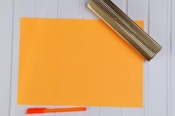 Obraz Kartka pomarańczowa na białym blacie - fototapety do salonu