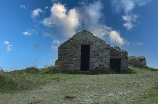 Altes Steinhaus in der Bretagne mit blauem Himmel