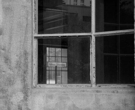 Blick durchs Fenster zum Rathaus Schöneberg