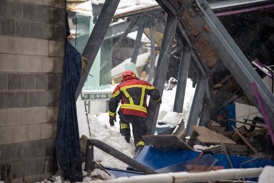 The working moments of the search and rescue teams who were under the rubble in the roof collapse under the weight of snow. Firefighters inside a collapsed house are looking for survivors.