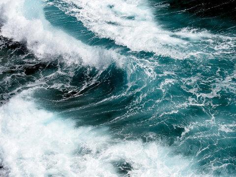 飛沫を上げながら打ち寄せる波のアップ